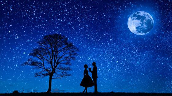 Мужчина и женщина на фоне звездного неба, романтика