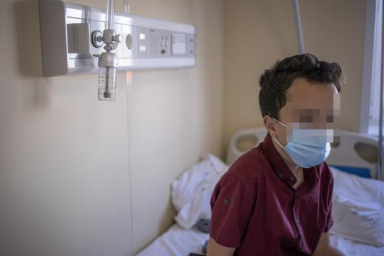 Мальчик сидит на кровати в больнице