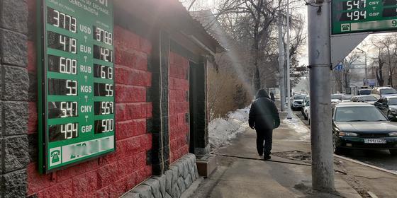 Успели купить два авто: 45 млн тенге похитили у владельца обменника в Уральске