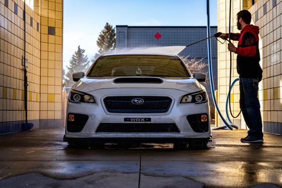 Мужчина моет машину