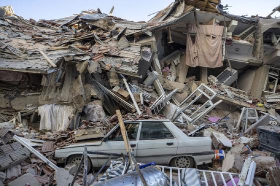Последствия разрушительного землетрясения на востоке Турции (фото, видео)