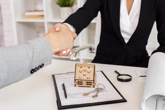 Мужчина покупает недвижимость