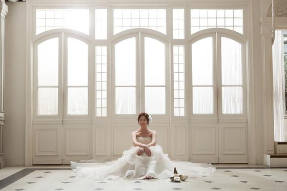 Невеста позирует для фотографа