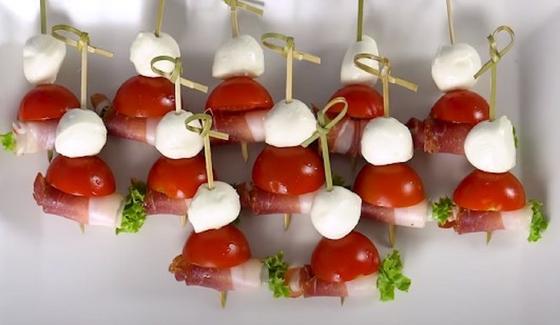 Канапе с помидором черри, хамоном и моцареллой