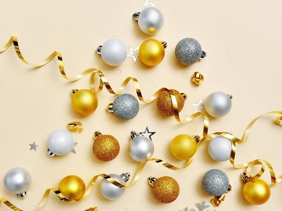 Серебристые и золотистые шары на стене