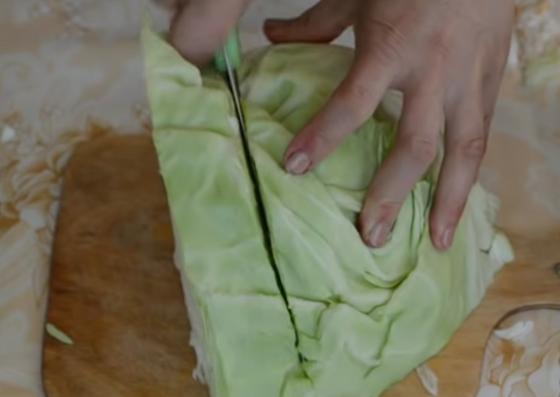 Ножом нарезают капусту