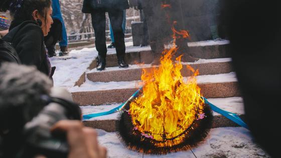 """""""Цветы - клумбам, права - женщинам"""": феминистки прошли по улицам Алматы (фото, видео)"""