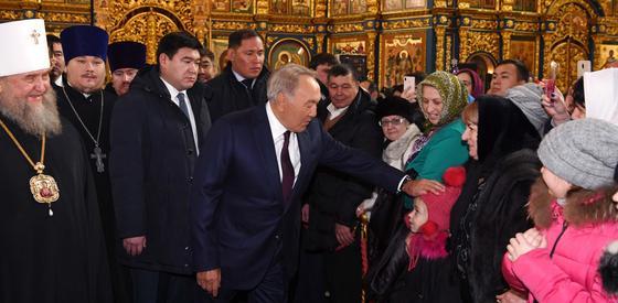 Назарбаев посетил Свято-Успенский кафедральный собор в Астане (фото)