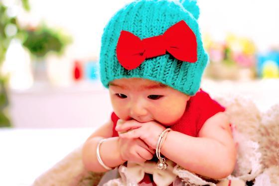 Девочка в шапочке с бантом