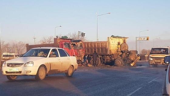 От удара сорвало кабину: грузовики смялись от столкновения в Нур-Султане