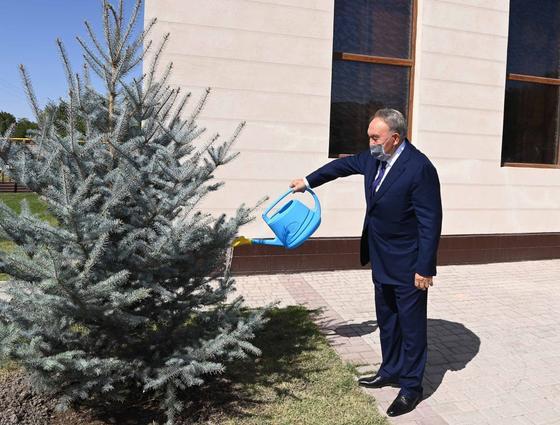 Нурсултан Назарбаев поливает дерево