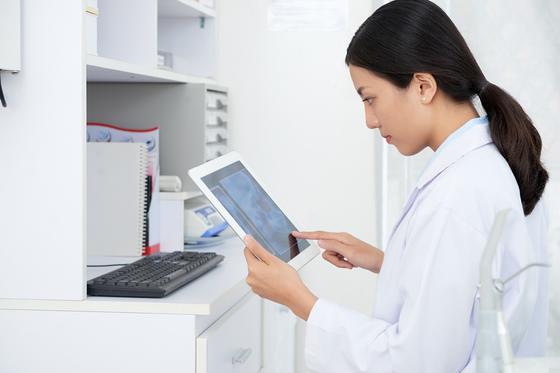 Медсестра с планшетом в руках