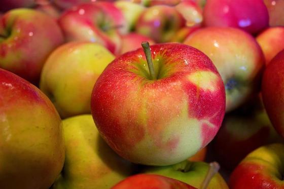 Чем могут быть опасны яблоки и груши, рассказали врачи