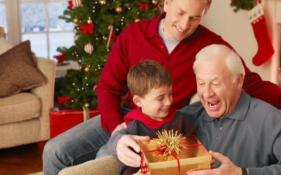 Сын и внук дарят подарок папе и деду