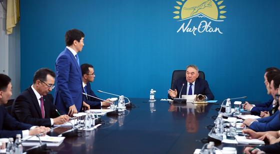 Нурсултан Назарбаев посетил центральный аппарат партии «Nur Otan»