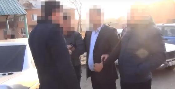 Руки светятся: специалиста департамента госдоходов поймали на взятке в 1 млн тенге