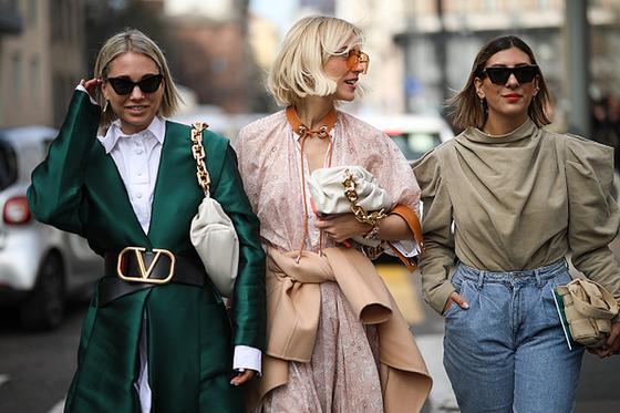 Три девушки на улице