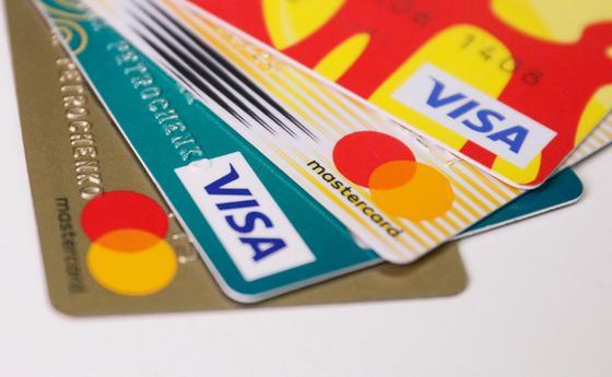 Банковские карты лежат веером на столе
