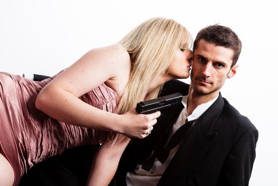 Девушка держит мужчину под прицелом