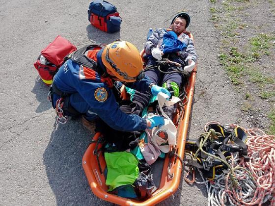 Спасатель и пострадавший турист