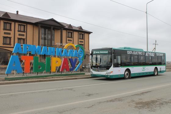Жители Атырау влюбились в тестируемый в городе эко-автобус