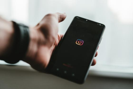Смартфон с Instagram в руке