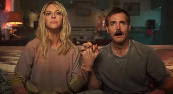 Мужчина и женщина сидят на диване и держатся за руки. Кадр из сериала «Ремонт»