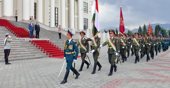 Военные идут перед дворцом