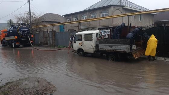 Улицы Алматы затопило (фото, видео)