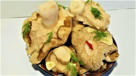 Соленые грузди в тарелке
