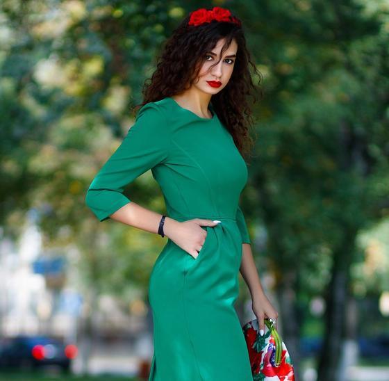 Девушка в зеленом платье