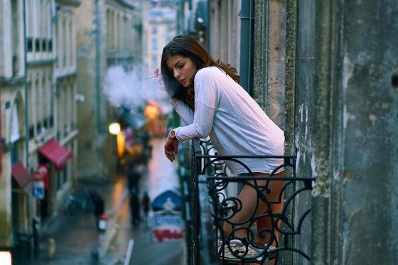"""Россиянам запретят курение на балконах. Оно подпадает под категорию """"открытое горение"""""""