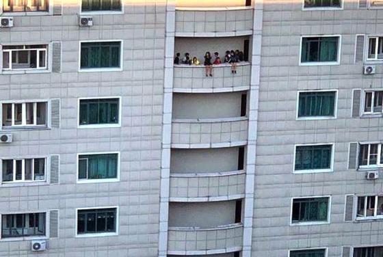 """""""Волосы дыбом"""": фото с детьми на балконе напугало казахстанцев"""