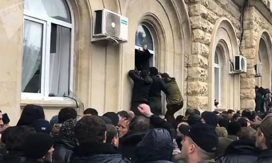 Протестующие завладели оружием из администрации президента в Абхазии
