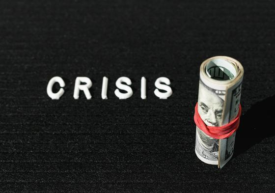 Надпись кризис и пачка долларов