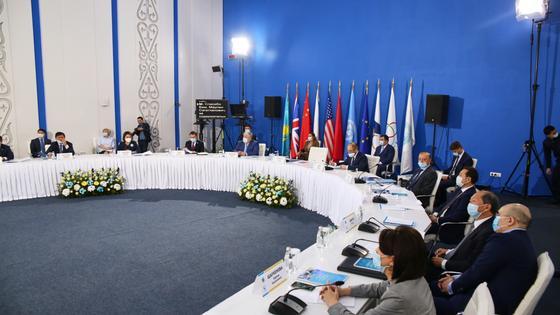 Участники конференции сидят за круглым столом