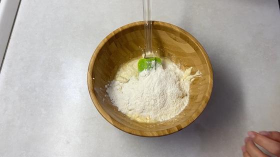 Мука в миске с ингредиентами