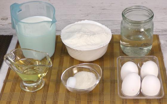 Молоко, мука, растительное масло, сахар и другие ингредиенты для блинов
