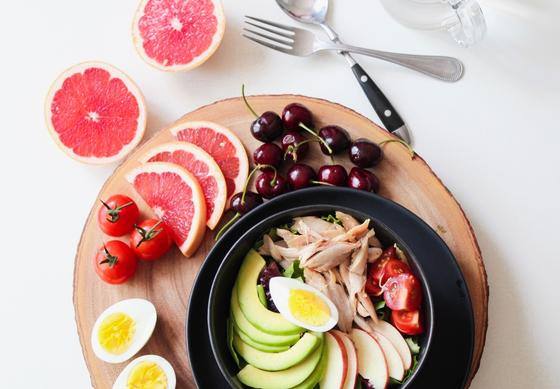 нарезанные фрукты и овощи в форме