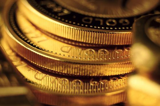 Золотые монеты лежат стопкой