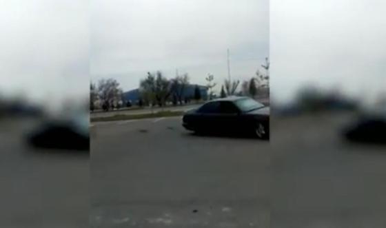 """Водитель устроил дрифт перед монументом """"550-летие Казахского ханства"""" в Таразе (видео"""