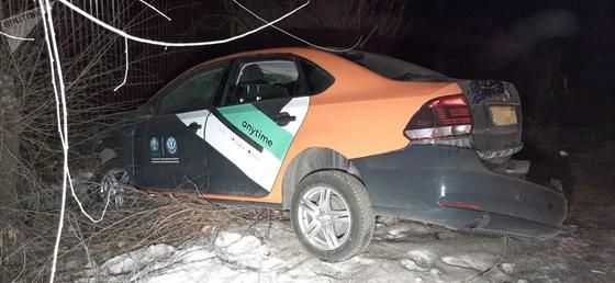 Попавший в аварию в Алматы автомобиль каршеринга
