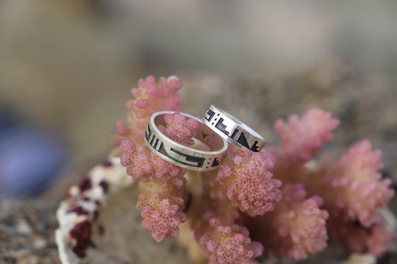 Обручальные кольца на коралле