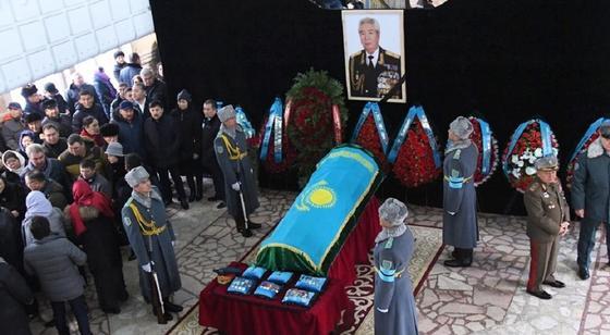 Крушение самолета в Алматы: прошли похороны генерала Кайдарова