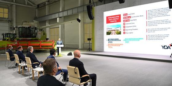 Касым-Жомарт Токаев во время посещения завода CLAAS