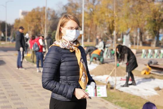 Наталья Ливинская стоит на аллее
