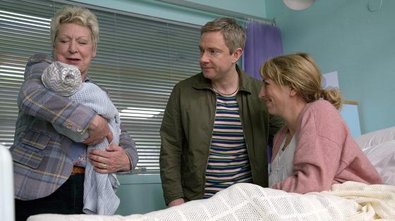 Родители и бабушка с ребенком на руках. Кадр из сериала «Родители года»