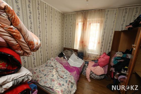 Семья с 7 детьми выживает на небольшие деньги в квартире с запахом газа в Алматы