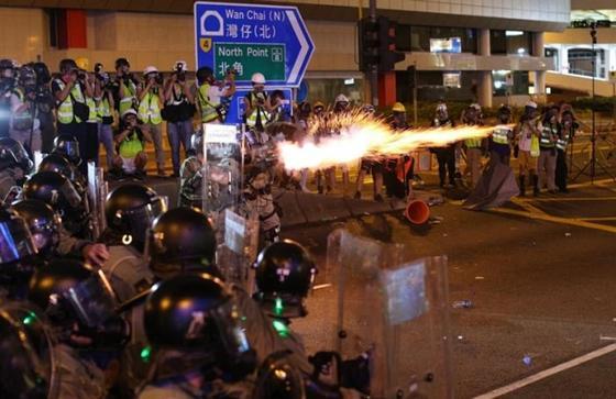 Казахстанца задержали во время массовых протестов в Гонконге