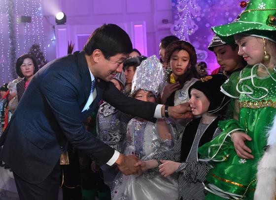 Более 200 воспитанников детских домов приняли участие в Президентской новогодней елке в Алматы (фото)